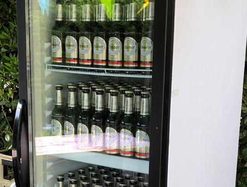 Glaskühlschrank für kalte Getränke auf der Hochzeit